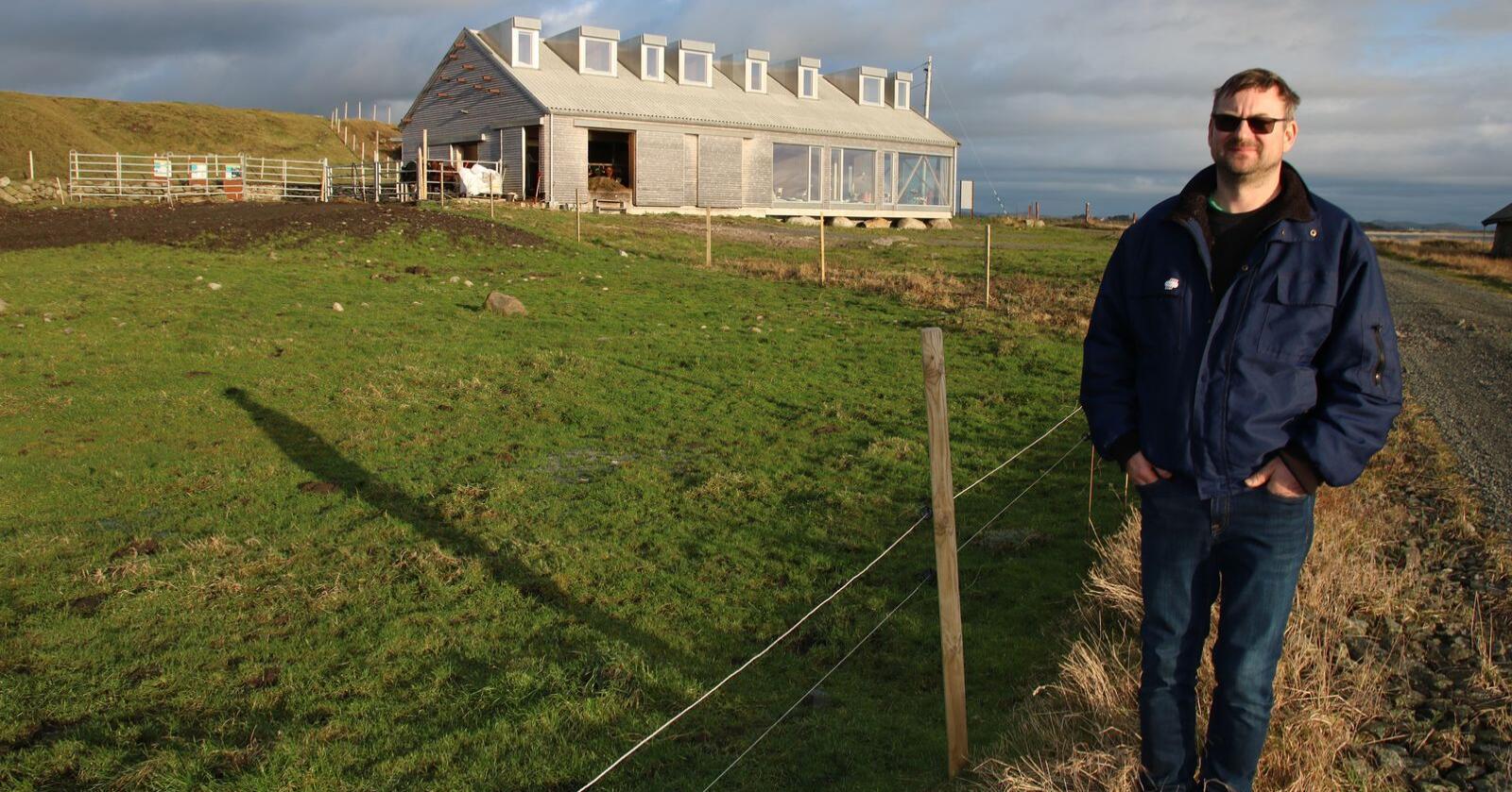 Knut Olaf Reiersen har bygd nytt fjøs til kvigene og gjeldkyrne i nordenden, og ferieleiligheter i sydenden. På loftet er det to store sovesaler. Foto Knut Houge