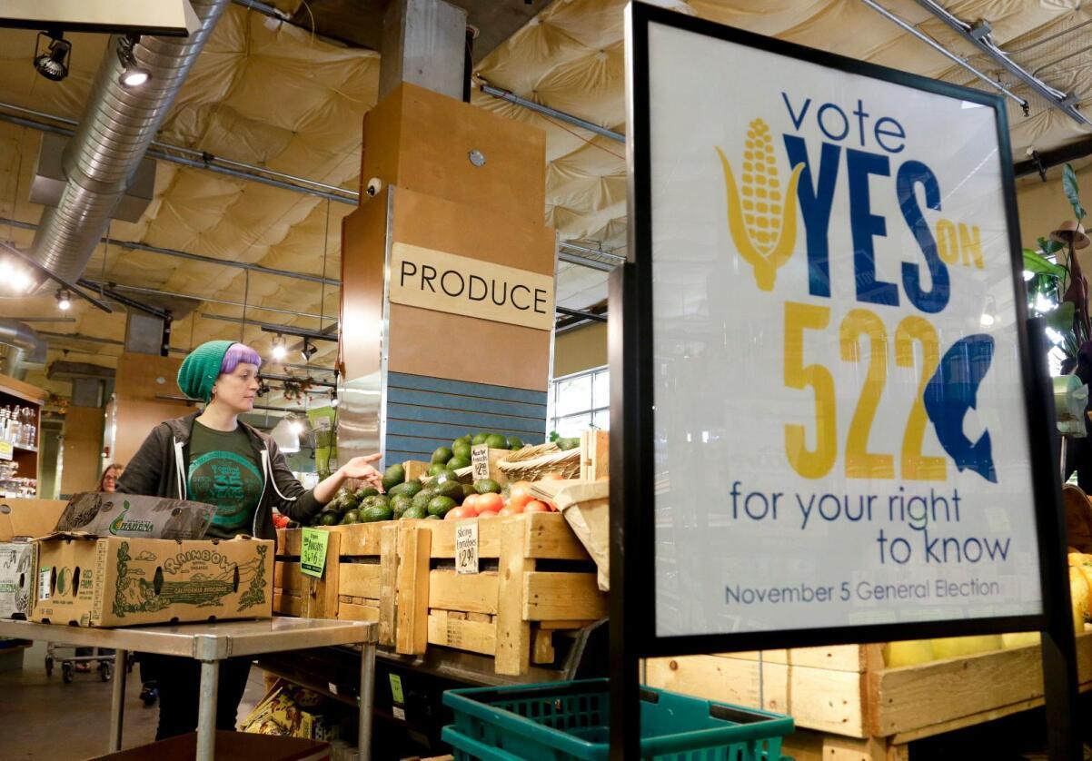 Skepsisen øker: Flere grasrotaksjoner som blusser opp i USA, prøver å oppfordre delstatspolitikere til å enten forby genmodifisert mat eller tvinge fram en merking. Bildet er fra et supermarked i Seattle i delstaten Washington, der aktivister prøvde å få til å lovfeste obligatorisk merking, såkalt Initiativ-522. Forslaget falt med 51 mot 49 stemmer i delstatsparlamentet. Foto: Reuters / Jason Redmond / NTB scanpix