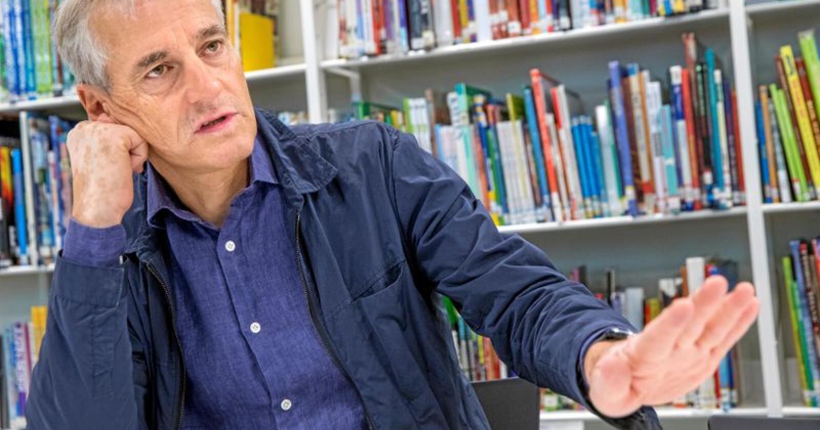 Jonas Gahr Støre er tilbake på Berg skole i Oslo hvor han begynte på videregående i 1976. Der møtte han elever på 4. trinn som tilbringer de siste dagene før skolestart på AKS. Foto: Berg-Rusten, Ole / NTB scanpix