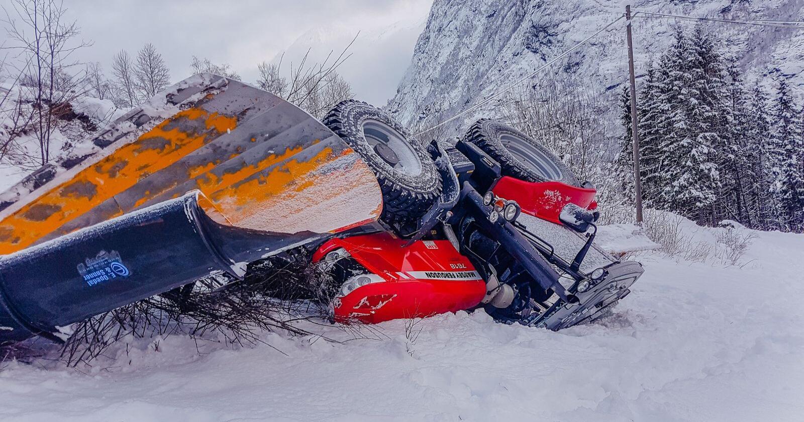 Då Jan Markus Kvamme brøyta vegen ein vinterdag i 2017, begynte traktoren å skli på holkeføret. Han gjorde alt rett for å bremse ned, men det var ikkje nok: Traktoren landa på taket etter eit fall på fire meter ned ein bratt skråning. Utan setebelte hadde det gått ille. (Foto: Jan Markus Kvamme)