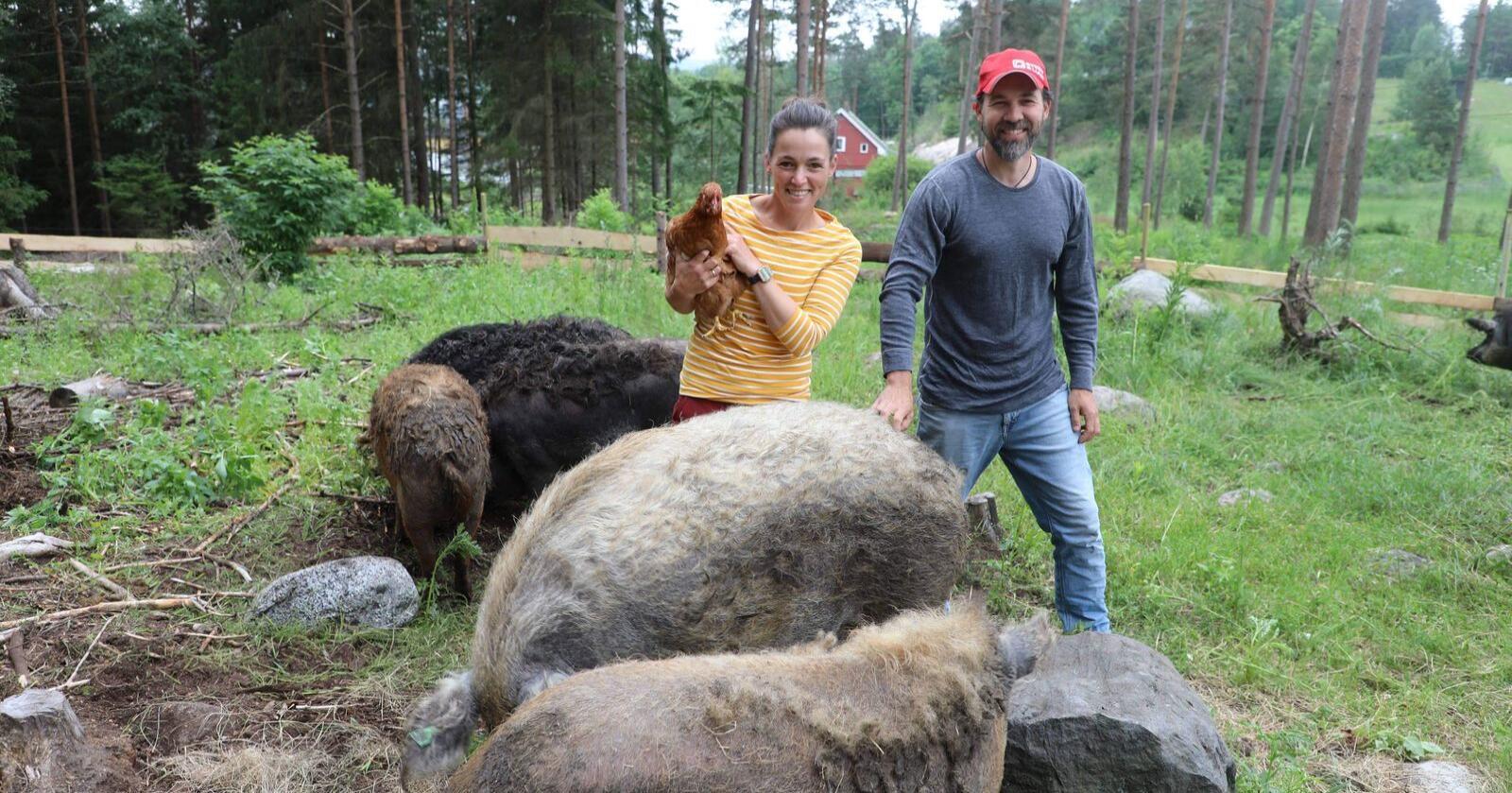 På dette bildet er Johannes Solberg (t.h) og hans kollega Camilla Lester-Watvedt (t.v.) Foto: Sophie Sætern