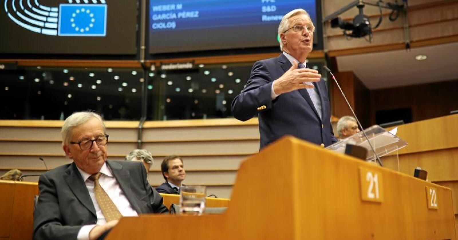 EUs Brexit-forhandler Michel Barnier (t.h.) på talerstolen i EU-parlamentet sammen med EUs avtroppende kommisjonspresident Jean-Claude Juncker. Foto: Francisco Seco / AP / NTB Scanpix