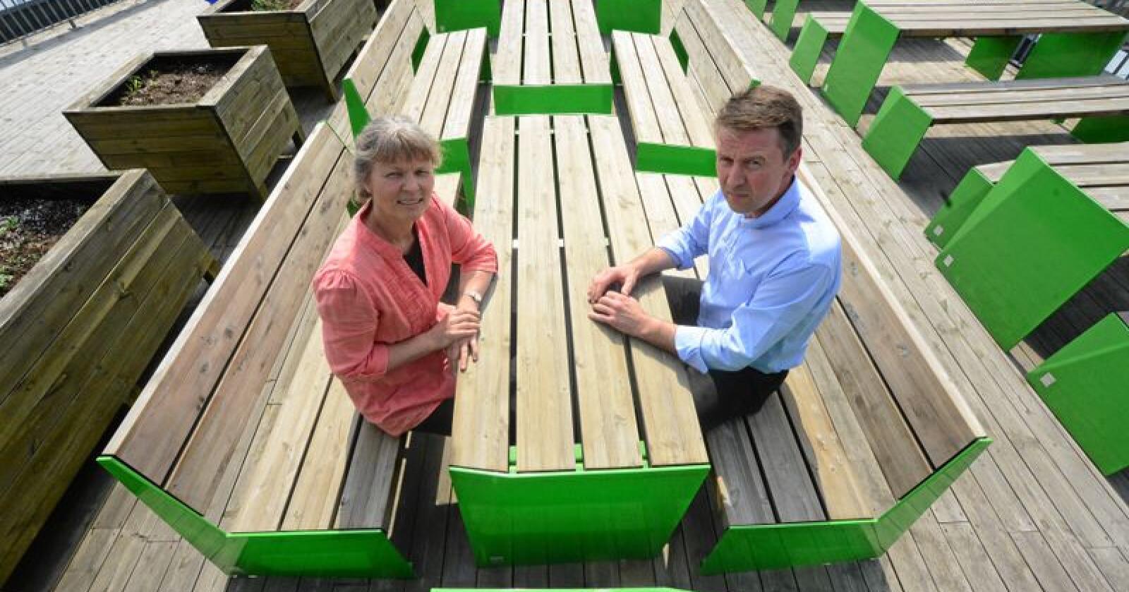 Kjersti Hoff, leder i Småbrukarlaget, og Lars Petter Bartnes, leder i Bondelaget, vil ha svar fra regjeringen. Foto: Siri Juell Rasmussen