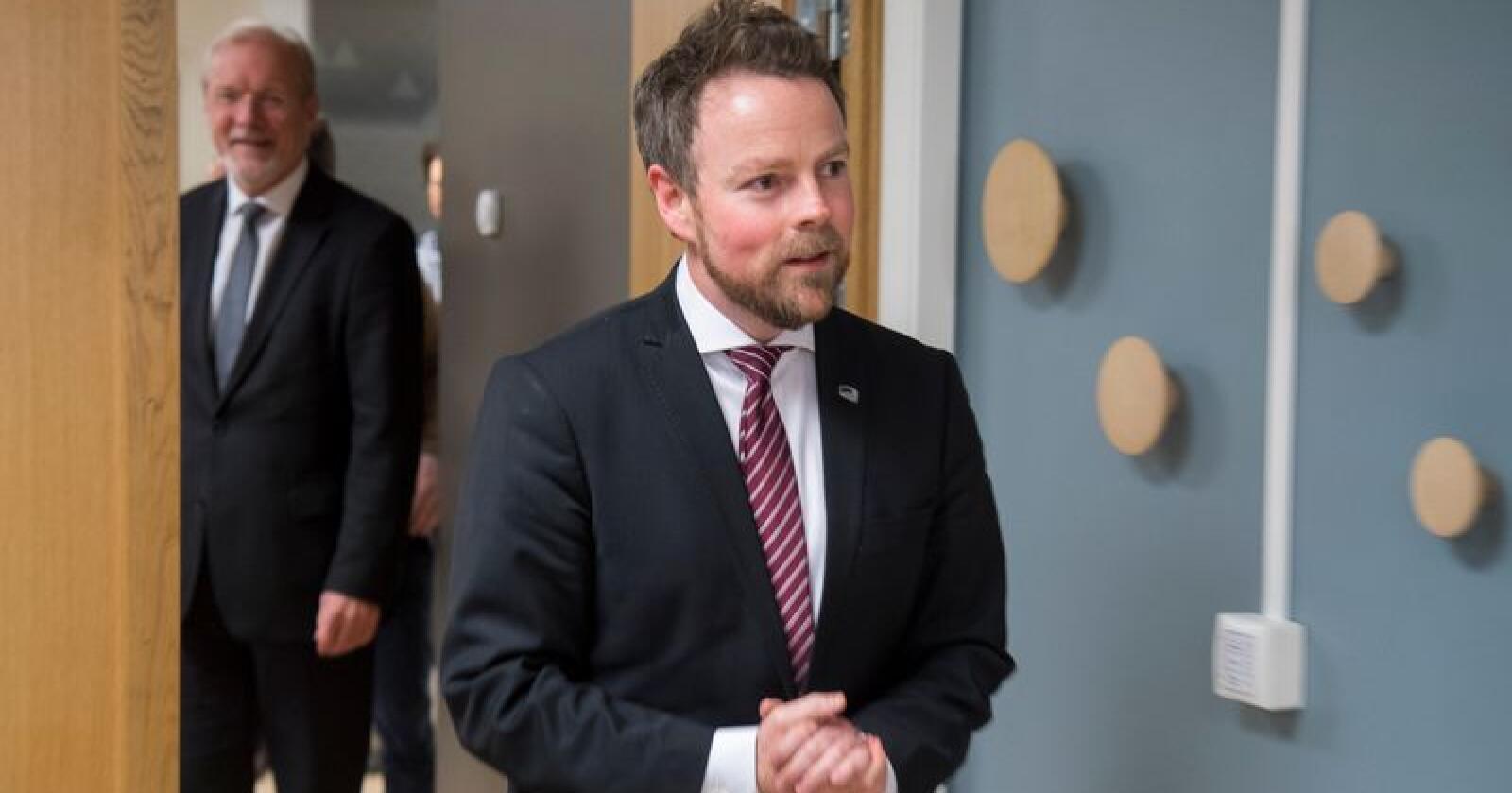 Næringsminister Torbjørn Røe Isaksen gir Nussir AS driftskonsesjon for utvinning av kobber i Kvalsund i Finnmark. Foto: Heiko Junge / NTB scanpix