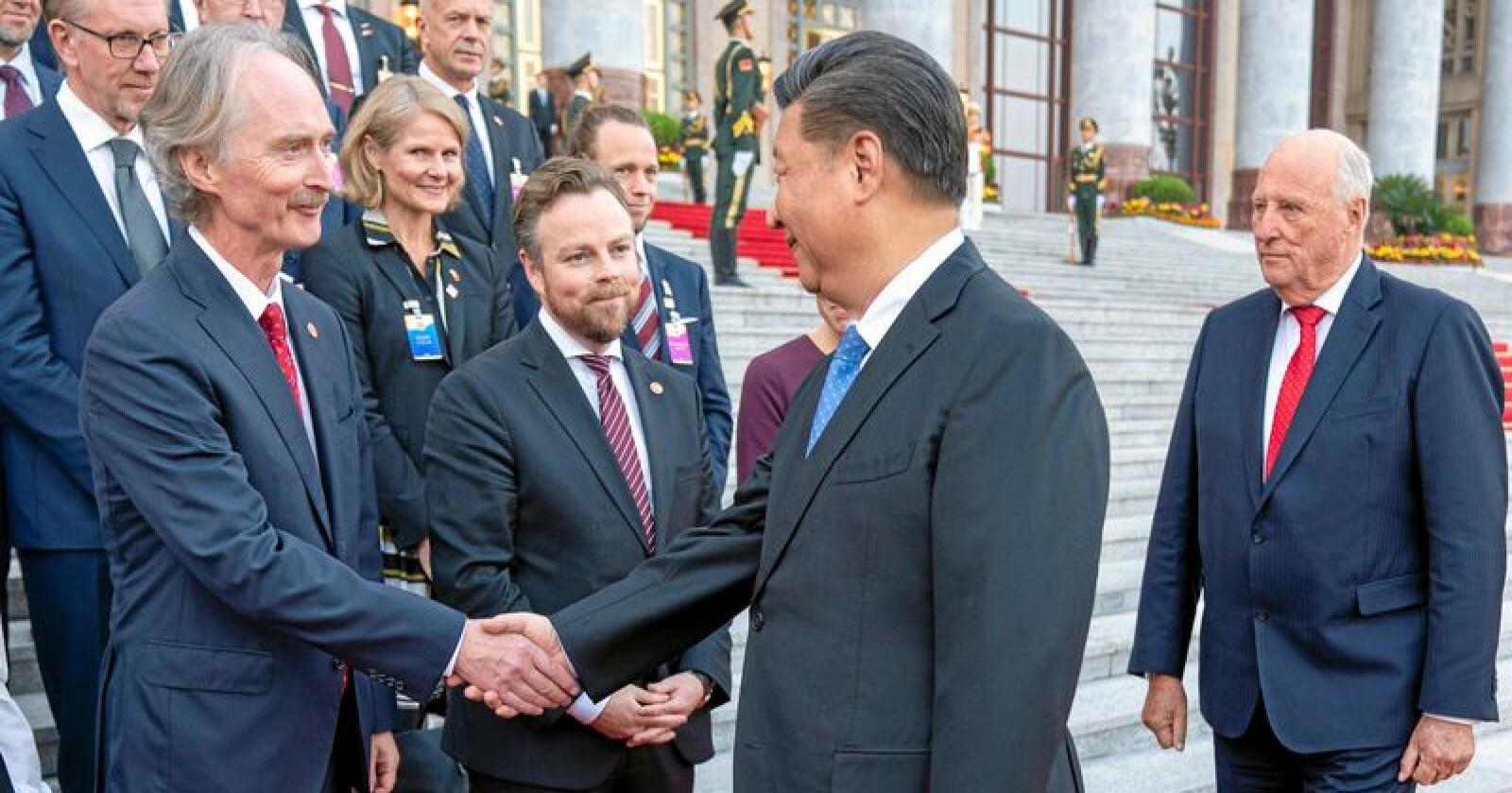 Mektig mann: Kinas president Xi Jinping hilser på Norges ambassadør til Kina, Geir O. Pedersen, utenfor Folkets store hall i Beijing under kongefamiliens besøk i Kina. Foto: Heiko Junge / NTB scanpix