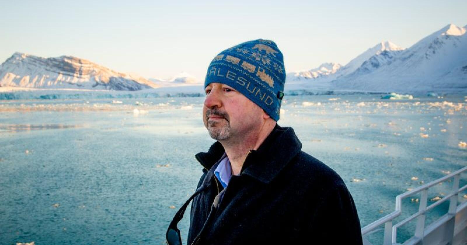 Professor Michael Mann foran kalvende isbreer ved Ny-Ålesund. Breene på Svalbard krymper, og de kalver oftere enn før. Foto: Are Føli / NTB scanpix