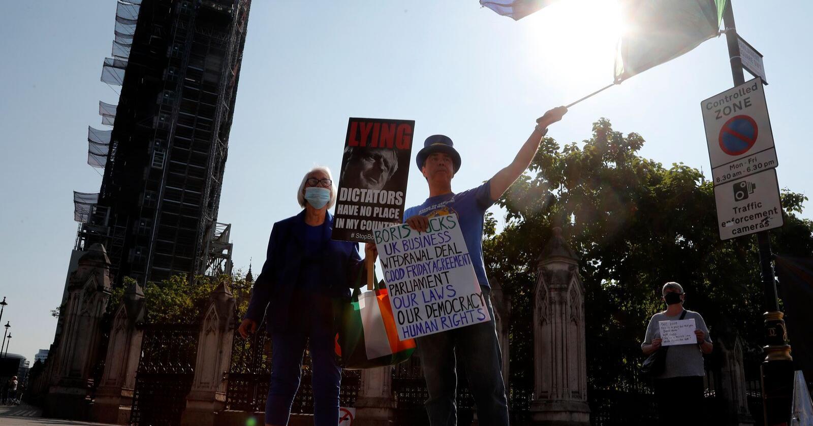 EU-vennlige demonstranter stilte seg opp nær Parlamentet i London mandag i protest mot regjeringens lovforslag som inneholder punkter i strid med utmeldingsavtalen. Foto: Frank Augstein / AP / NTB scanpix
