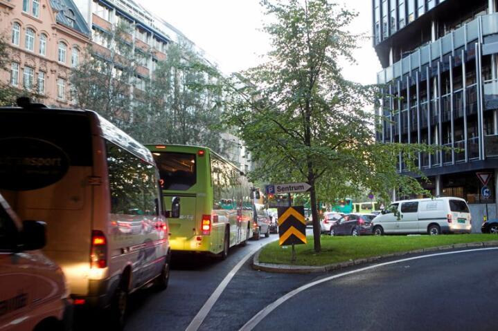 I norske byer er det fortsatt bilen som blir prioritert foran myke trafikanter. Foto: Heiko Junge / Scanpix
