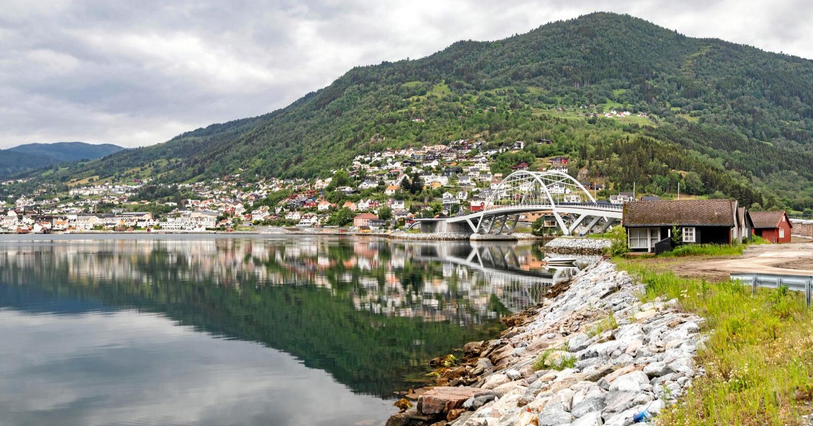 Vekst: Sogndal, eller Sogndalsfjøra, er ein tettstad i Sogndal kommune. Kommunen kan ifylgje SSB ha folkevekst fram mot 2050, medan industrikommunane Årdal og Høyanger kan få nedgang i folketal. Foto: Michael Ehardsson / Mostphotos