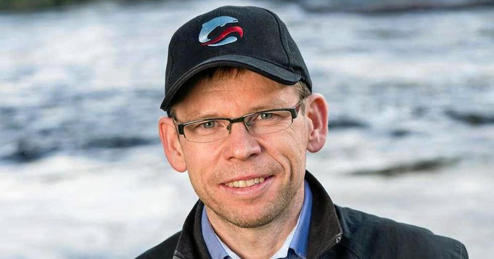 Torfinn Evensen i Norske Lakseelver mener næringen selv kan innføre flere tiltak for å hindre at laksen sprer seg ut i norsk natur, og parer seg med villaksen. Foto: Norske Lakseelever