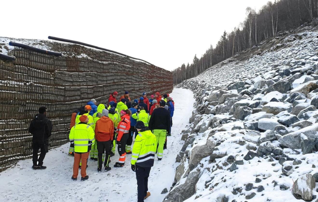 Tryggere hverdag: I 2019 er det brukt om lag 332 millioner kroner til sikring mot skred og flom Norge rundt. I Lom er det brukt 61 millioner kroner til å bygge en diger voll (bildet) som sikrer et helt byggefelt mot steinsprang. Foto: NVE