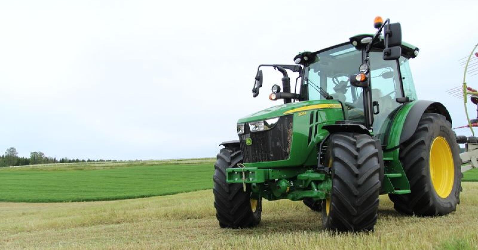 Oppgradert: John Deeres 5R-serie får nå flere tilvalgsmuligheter. Her fra vår prøvekjøring av 5125R i 2017. Arkivfoto: Traktor