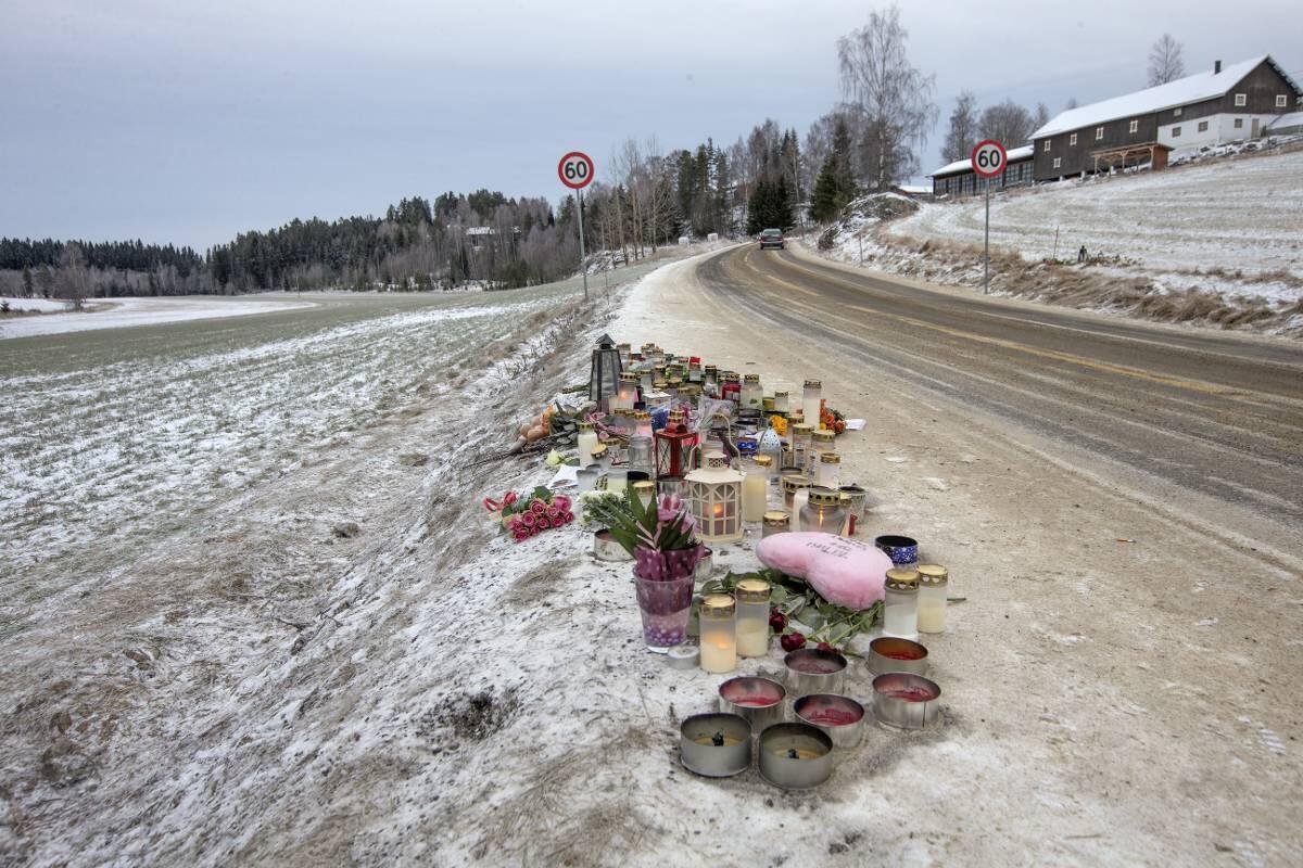 Blomster og lys er tent på stedet langs fylkesvei 125 i Bjørkelangen hvor en 11- årig jente og en 13 -årig venninne ble påkjørt lørdag og senere døde, da de var ute og red i en sulky. Foto: Terje Bendiksby / NTB scanpix