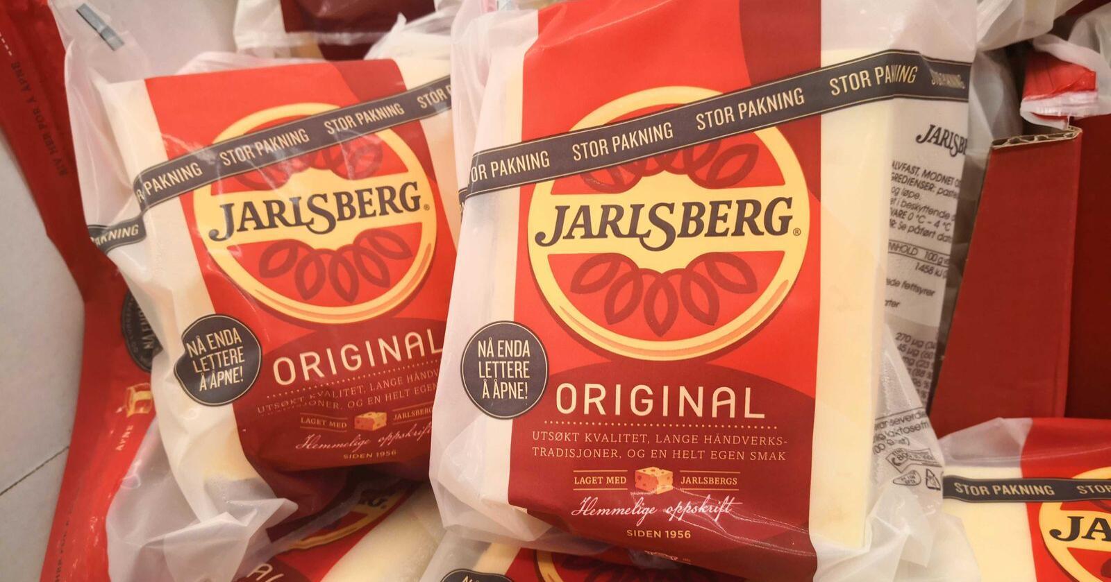 Jarlsbergproduksjonen til utlandet er flyttet til Irland, men vil i en periode nå produseres i Elnesvågen. Bildet er av Jarlsberg produsert for det norske markedet. Foto: Jon-Fredrik Klausen