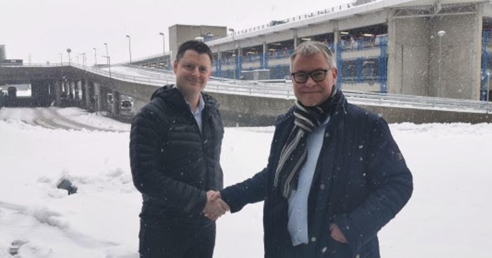 Karl Martin Eggen (t.v.), administrerende direktør for Duun Industrier, og Michael Husfeldt, administrerende direktør for Norwegian Agro Machinery, ser fram til samarbeidet som nå er stifta