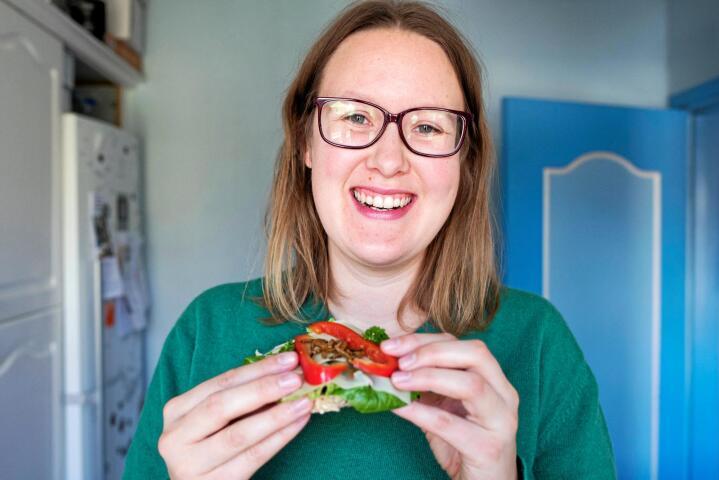 Knas: Ida Hexeberg Rustad i selskapet Myldregard liker at det knaser når hun spiser larven melmums på brødskiva. Foto: Lena Knutli