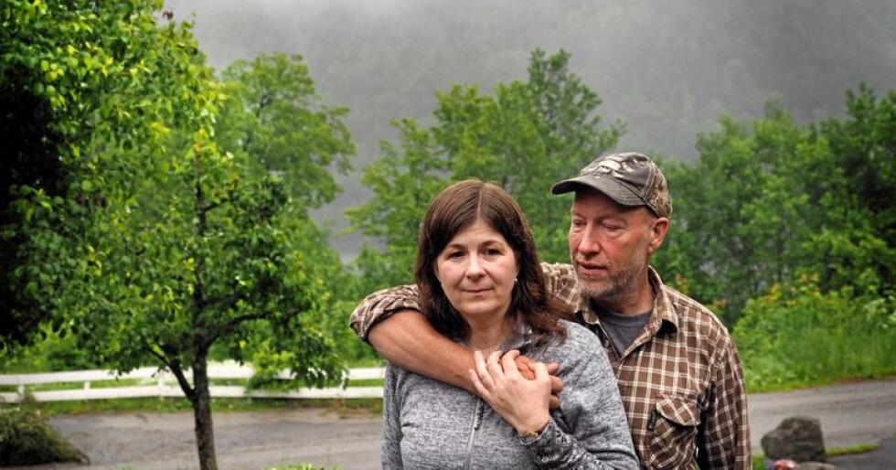 Anne Britt og Svein Hovden mener vindmøller vil ødelegge naturen og har kjempet en hard kamp for at de ikke skal settes opp. I fjellene bak tåka var det meningen noen av de skulle stå. Foto: Siri Juell Rasmussen