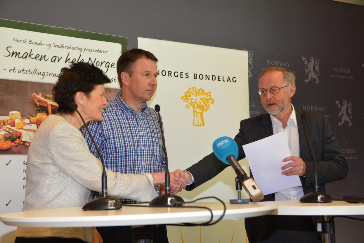 Merete Furuberg og Lars Petter Bartnes leverer kravet til staten ved departemenstråd Leif Forsell.  (Foto: Anders Sandbu)