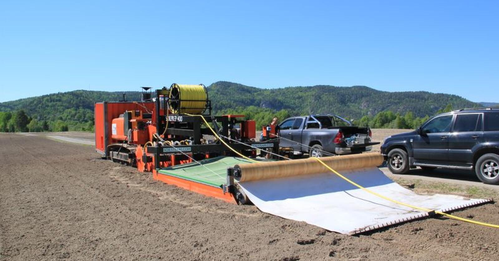 Med denne dampmaskinen håper vestfoldbedriften Soil Steam International at de kan bidra til redusert bruk av plantevernmidler i produksjonen av åkervekster. Foto: Soil Steam International.