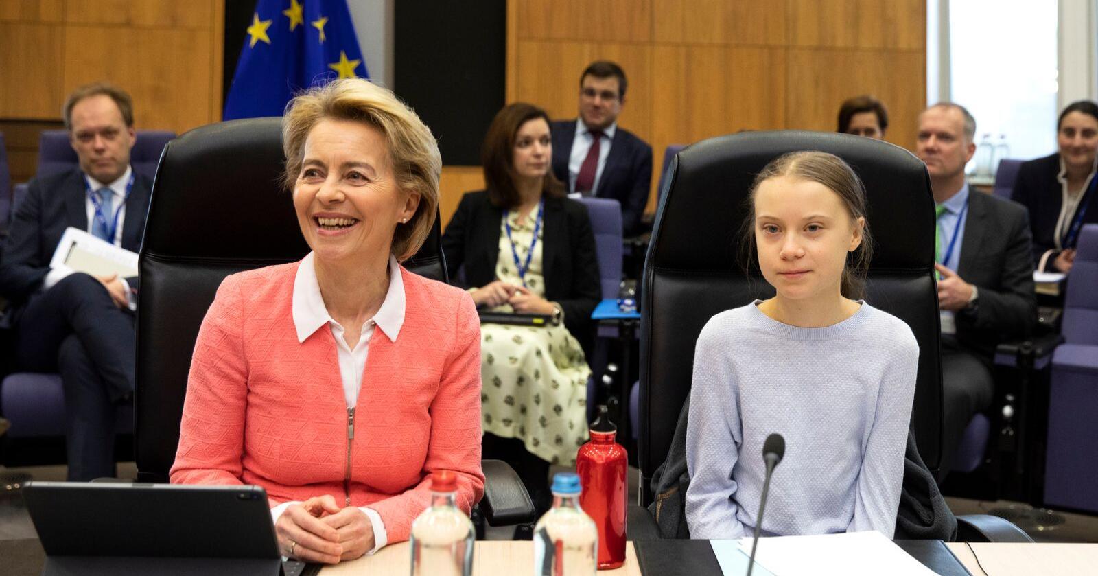 Greta Thunberg (t.h.) fikk plassen ved siden av EU-kommisjonens president Ursula von der Leyen på møtet før forslaget til ny klimalov for EU legges fram. Foto: Virginia Mayo / AP / NTB scanpix