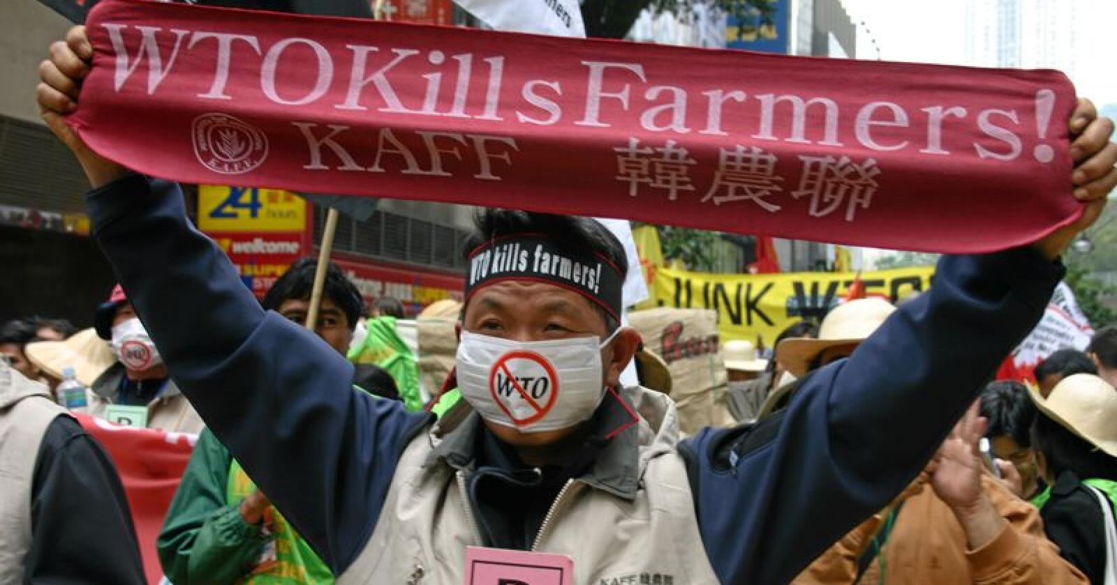 I 2005 var det WTO-møte i Hong Kong, der mellom anna eksportstøtta av jordbruksprodukt vart diskutert. Her frå ein demonstrasjon. Foto: Thomas Vermes