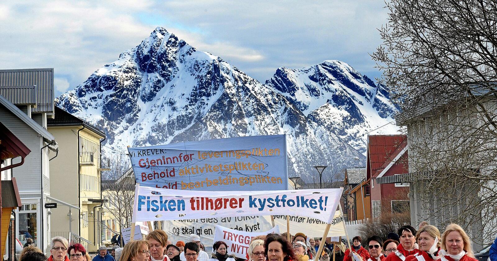 Demonstrasjon: Hva skjer når fisken ikke lenger eies av fellesskapet, men av investorer? Bildet er fra en demonstrasjon i Melbu, Vesterålen, i 2017. Foto: Siri Juell Rasmussen