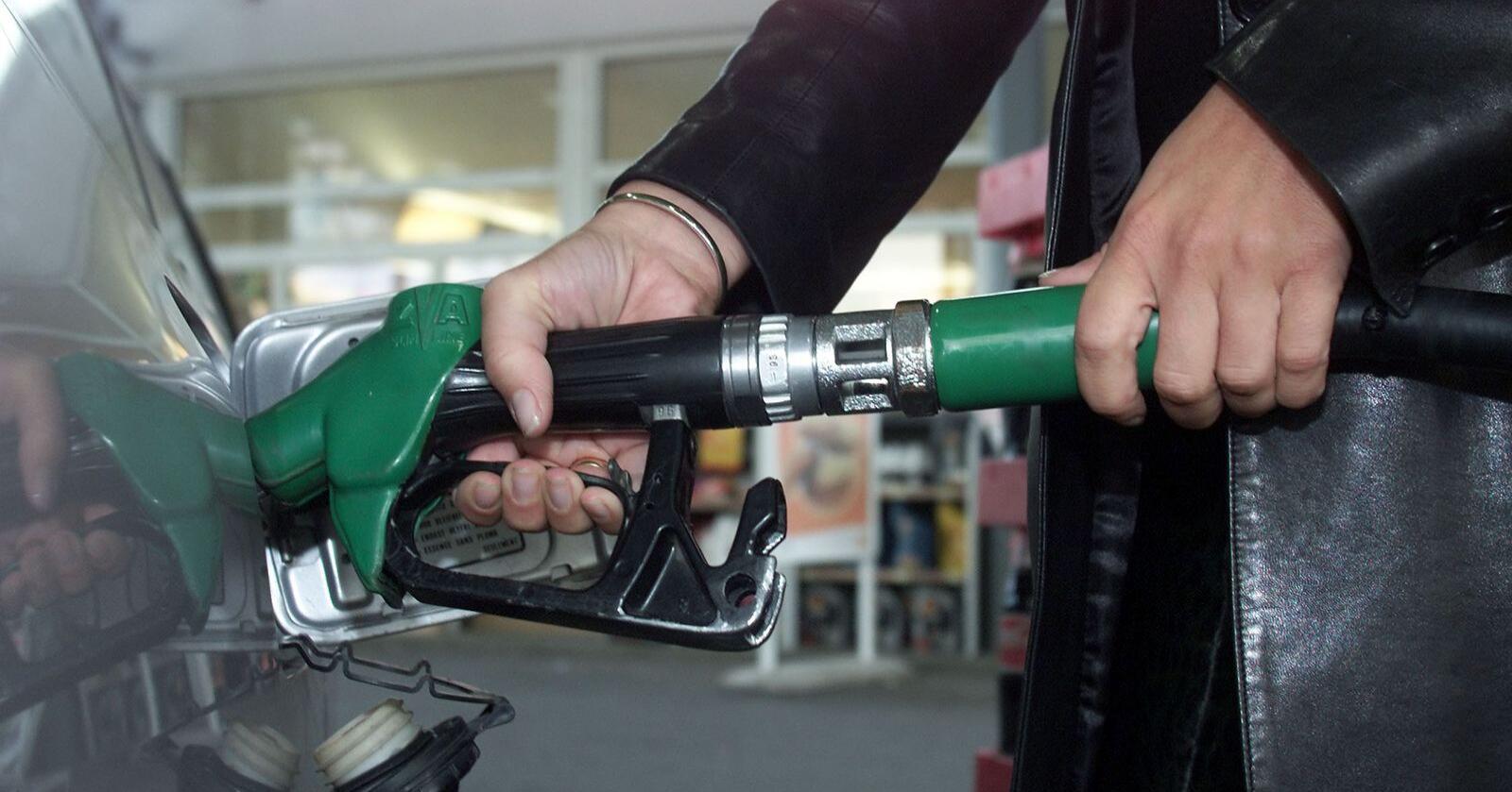 Pumpeprisen kan øke med over 4 kroner etter moms hvis CO2-avgiften økes til 2.000 kroner per tonn, viser beregninger som bilorganisasjoner har gjort. Foto: Lise Åserud / NTB