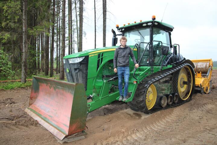 INVESTERING: Kristoffer solgte huset sitt for å finansiere kjøpet av den beltegående traktoren og stubbefreseren.