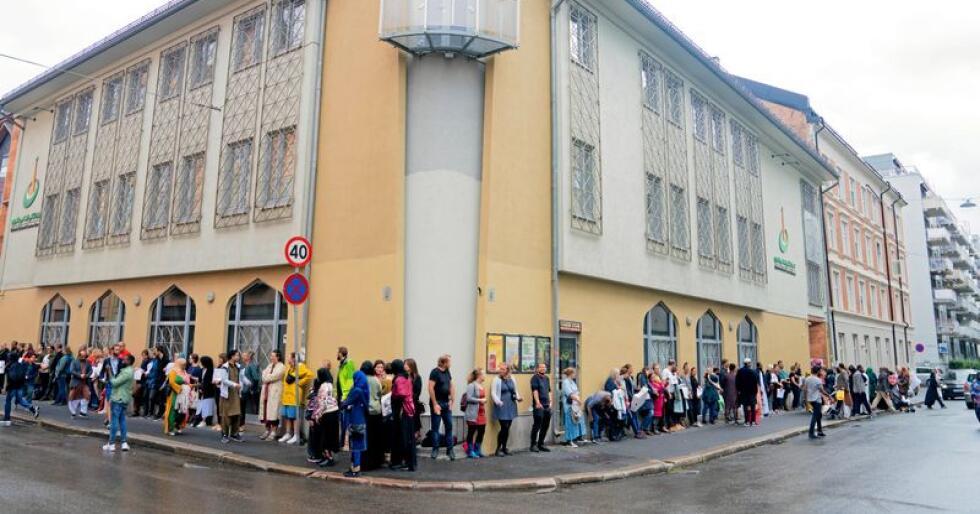 Slo ring: Søndag slo folk ring rundt Islamic Cultural Centre på Grønland i en støttemarkering etter terrorforsøket i Bærum lørdag. Foto: Fredrik Hagen / NTB scanpix