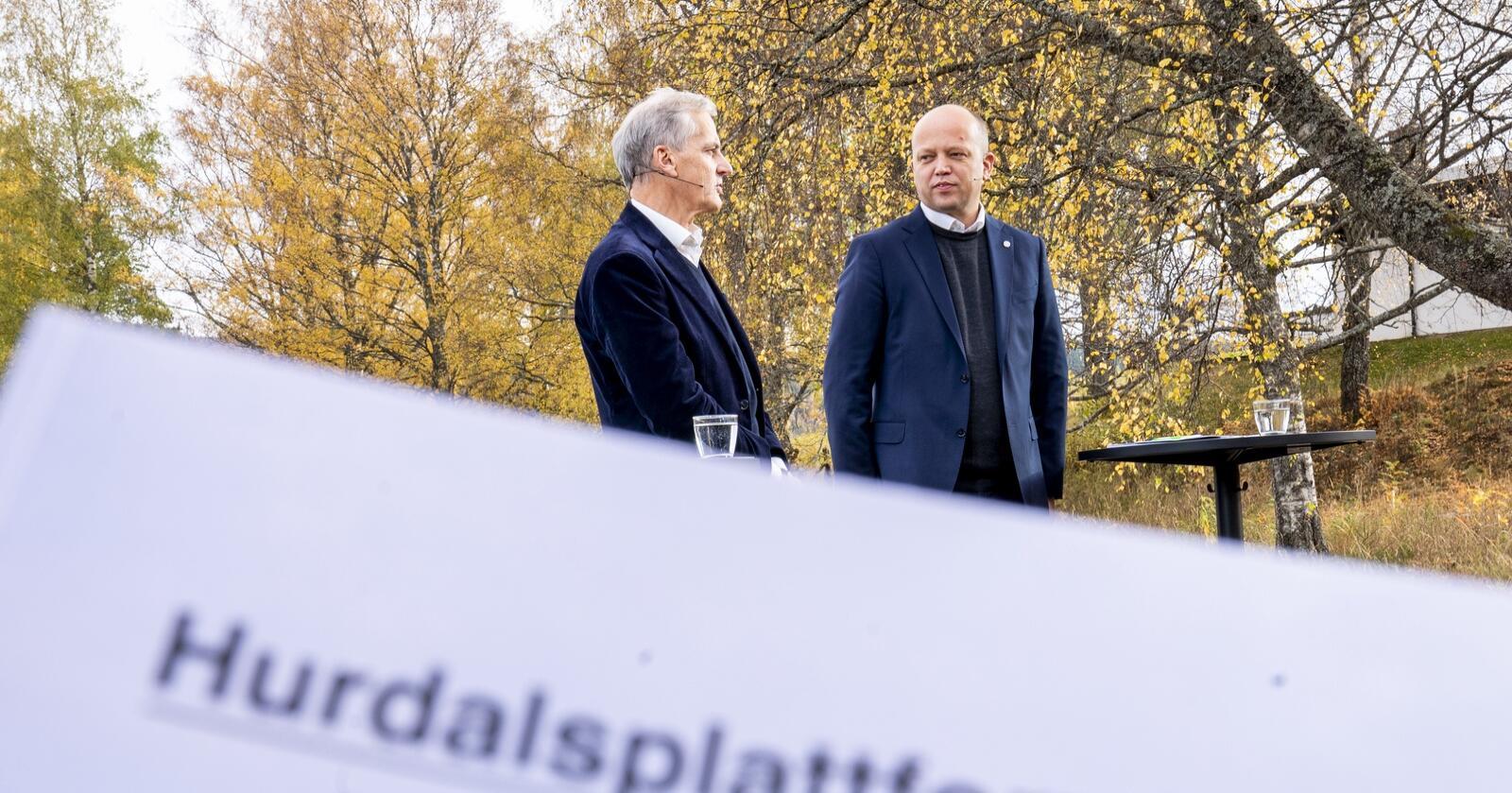 Leder i Ap Jonas Gahr Støre t.v. og leder i Sp Trygve Slagsvold Vedum legger fram regjeringsplattformen ved Hurdalsjøen hotell. Foto: Torstein Bøe / NTB
