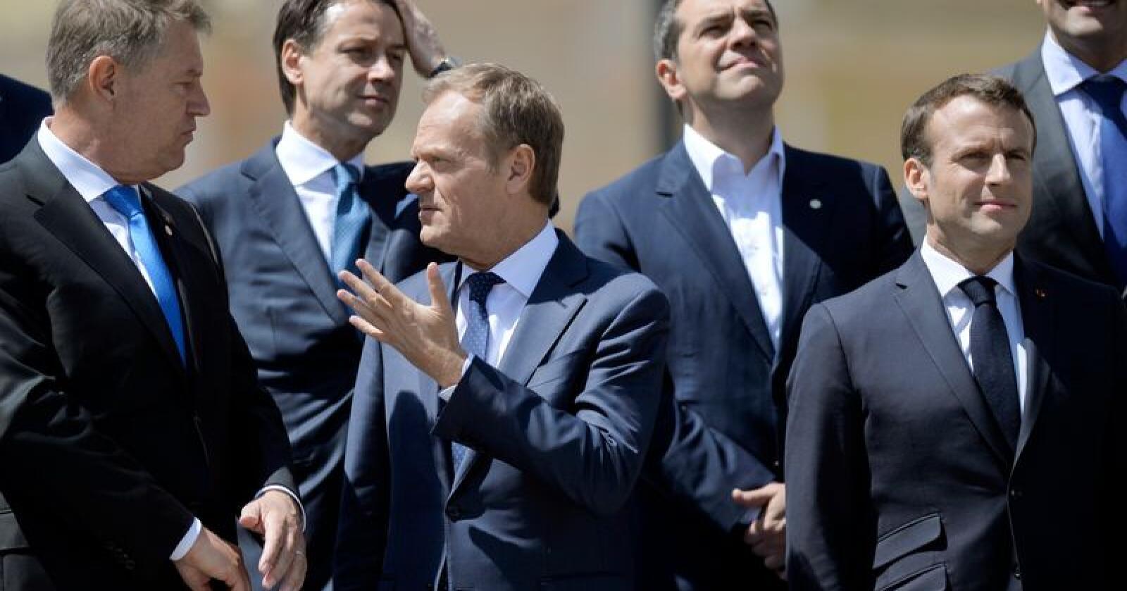 EUs president Donald Tusk i samtale med Romanias president Klaus Iohannis på EUs uformelle toppmøte i den rumenske byen Sibiu torsdag. Foto: Andreea Alexandru / AP / NTB scanpix