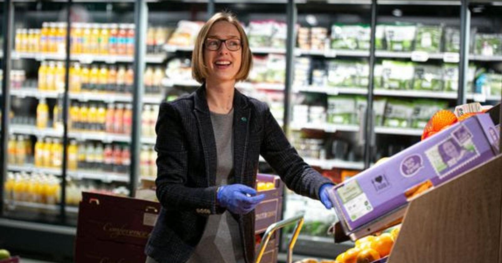 Ifølge næringsminister Iselin Nybø vil ikke den nye loven om god handelsskikk svekke forhandlingsmakten til dagligvarekjedene. Foto: Nærings- og fiskeridepartementet