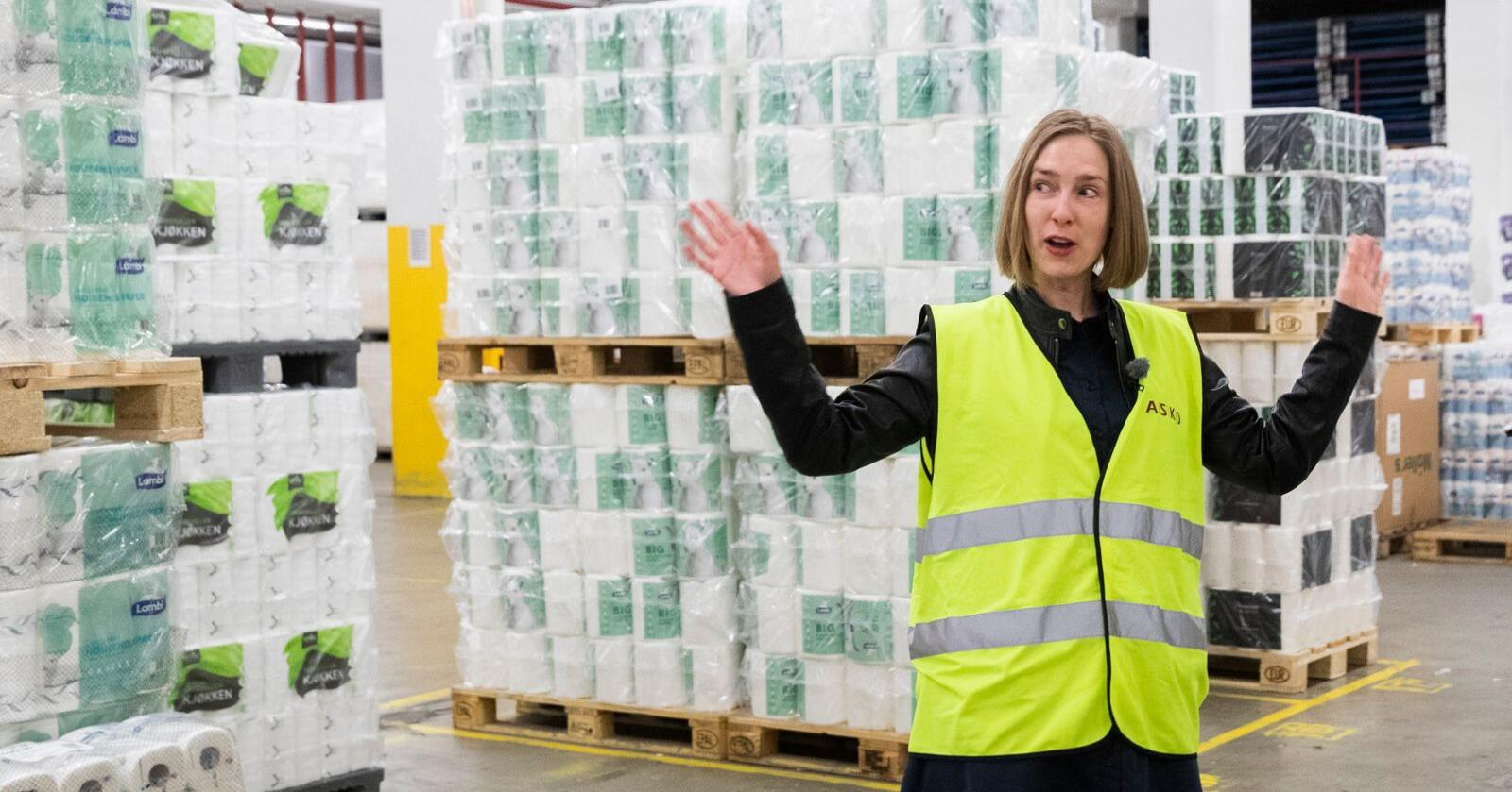 Næringsminister Iselin Nybø (V) skryter av dagligvareaktørenes innsats under koronautbruddet. Her er hun under et besøk på grossisten Askos lager i Oslo i april. Foto: Berit Roald / NTB scanpix