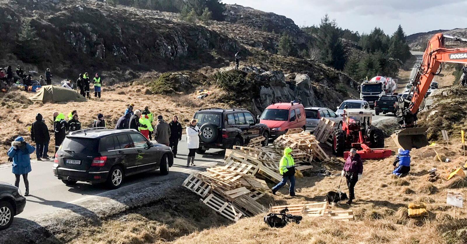 Det har tidligere vært demonstrasjoner mot vindkraftanlegget på Frøya. Nå har politiet igjen forlenget oppholdsforbudet i anleggsområdet. Foto: Ronny Teigås / NTB