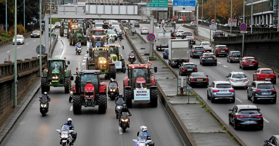Franske bønder demonstrerer mot urettvis konkurranse. Foto: Thibault Camus / AP / NTB scanpix