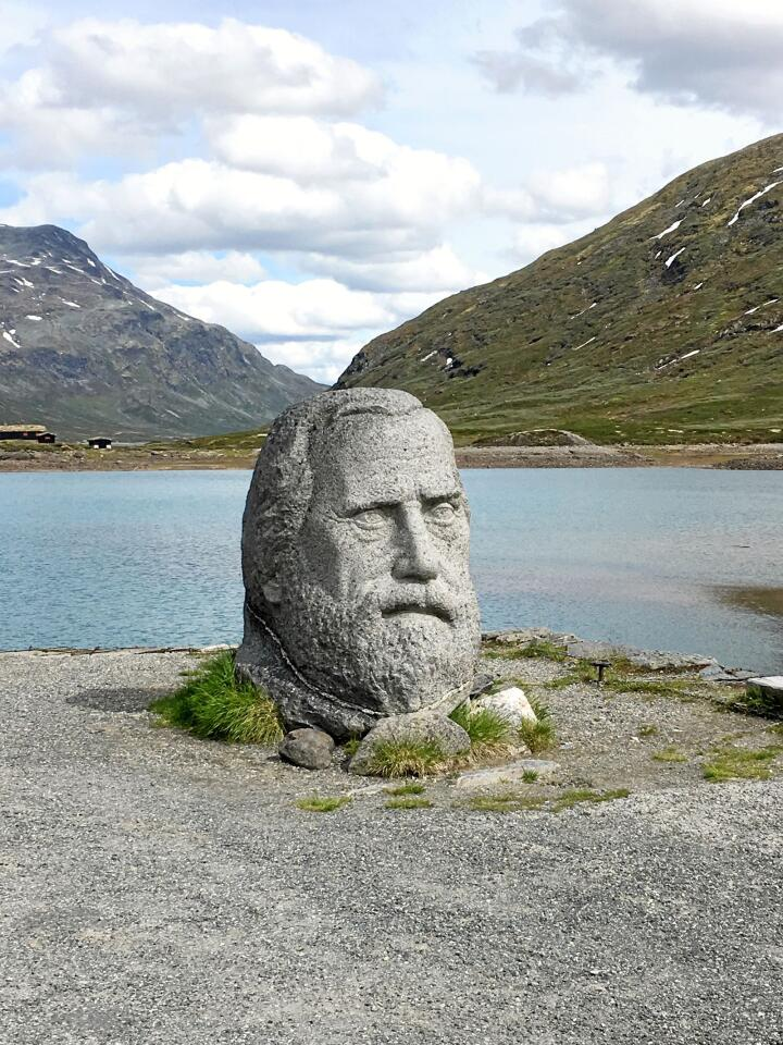 Skulpturen av Vinje sitt hovud som står på Eidsbugarden. Støtta er laga av Ståle Kyllingstad. Foto: Tora Aasland