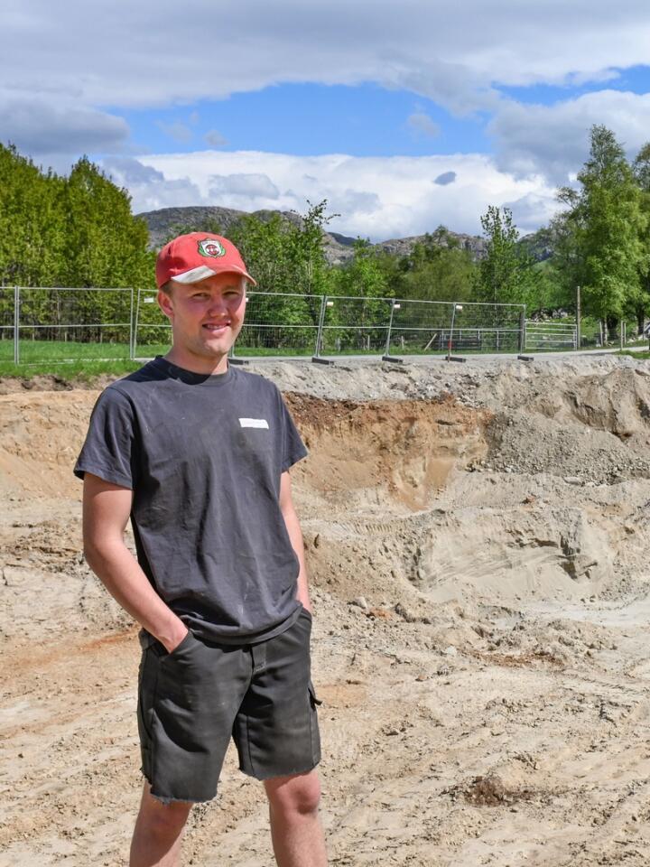 Gravde selv: Rasmus har med egen gravemaskin flyttet på nærmere 2500 kubikk masse for å gjøre klar tomta til grisehus. Nå gjenstår bare finpussen før sålen kan støpes.