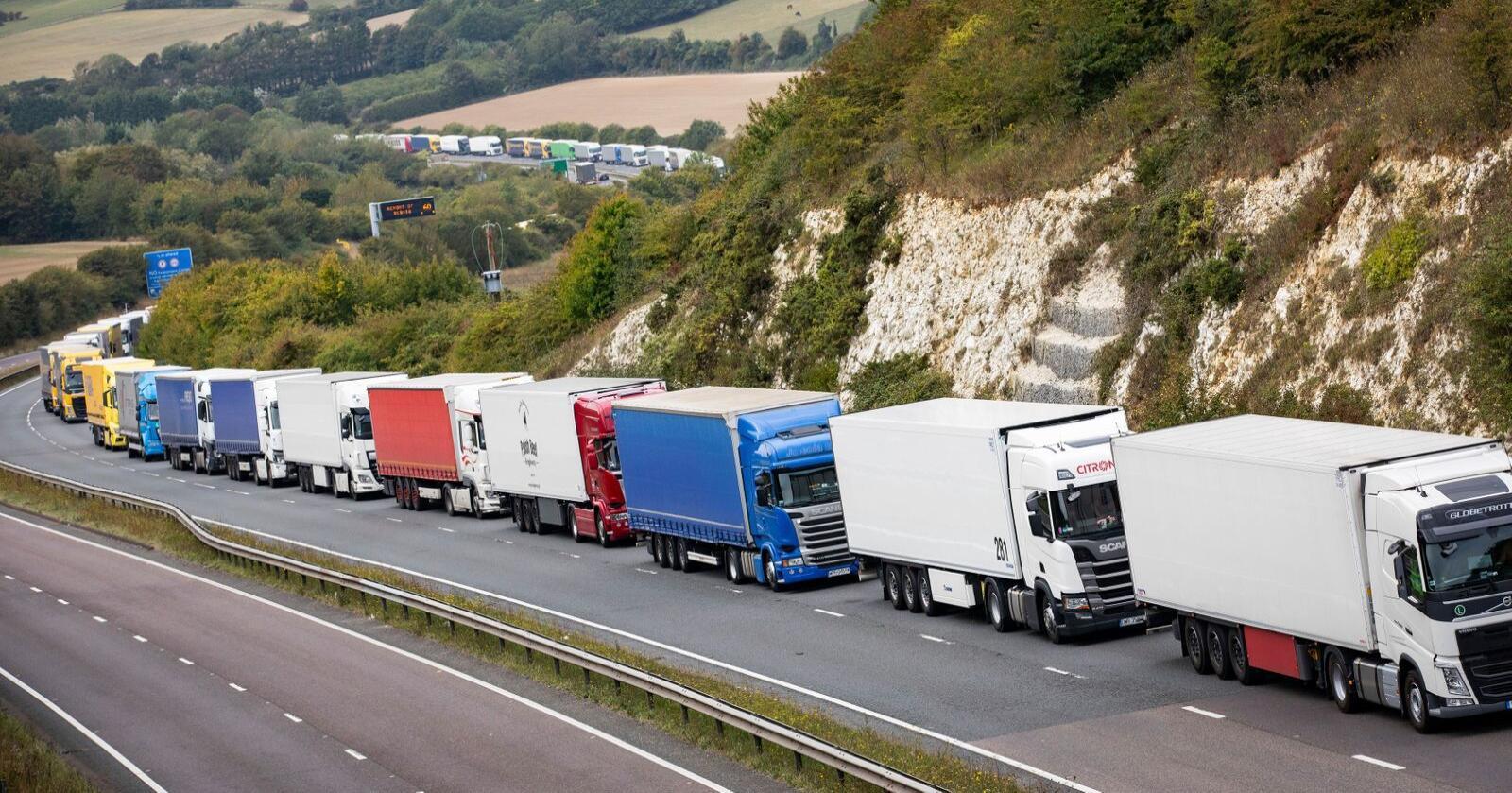 Lastebiler i kø ved Dover i det sørøstlige England. Akkurat denne køen skyldtes en politiaksjon i havnebyen, men britiske analyser tyder på at lignende køer kan bli et vanlig syn etter nyttår. Foto: AP / NTB