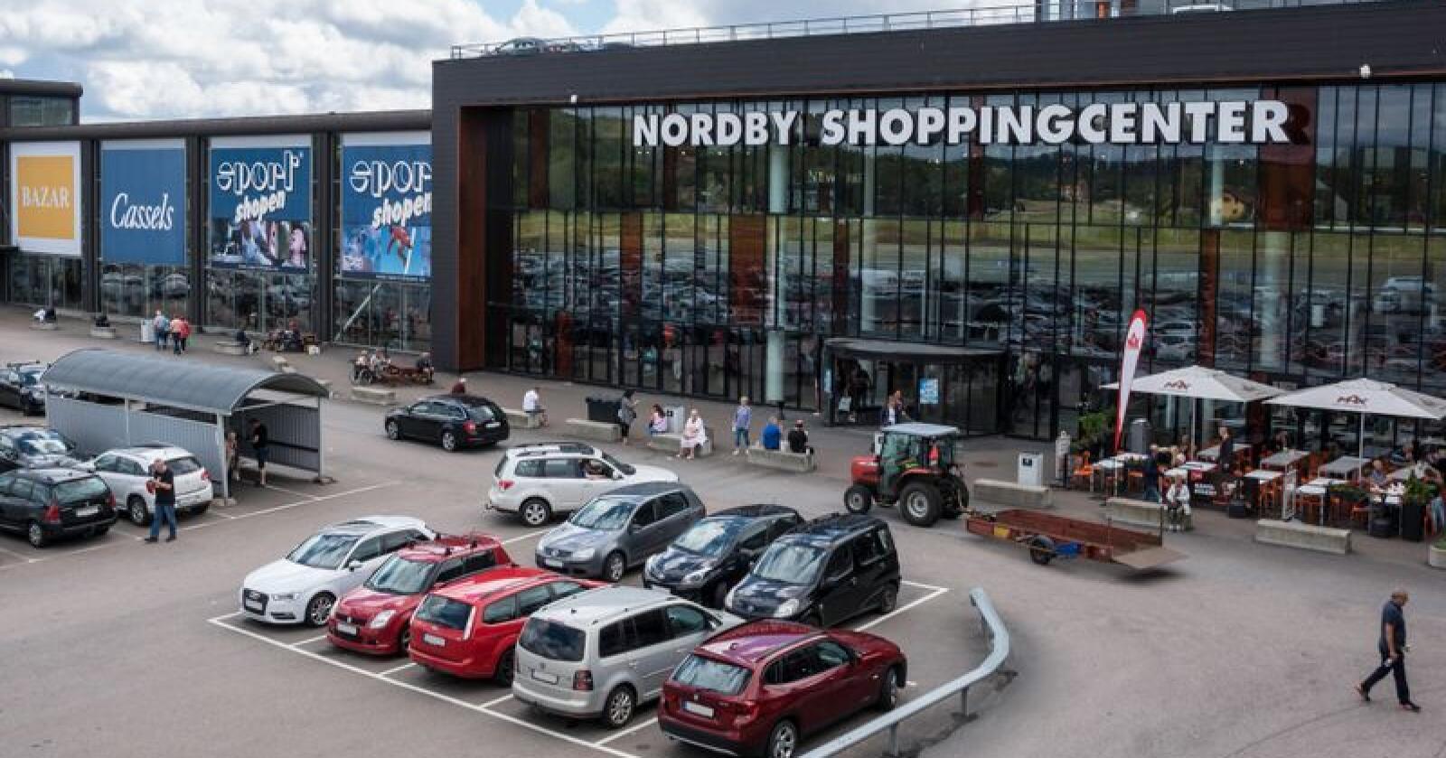 Fullt hus: Nordmenn elsker å «harryhandle» i Sverige. Den norske grensehandelen til landet har økt fra i underkant av 14 milliarder i 2015-16 til 16,3 milliarder i årets første kvartal. Avgiftsøkningene får mye av skylda. Sp forventer både avgiftsreduksjon og fjerning av 350-kronersgrensa. Foto: Mostphotos