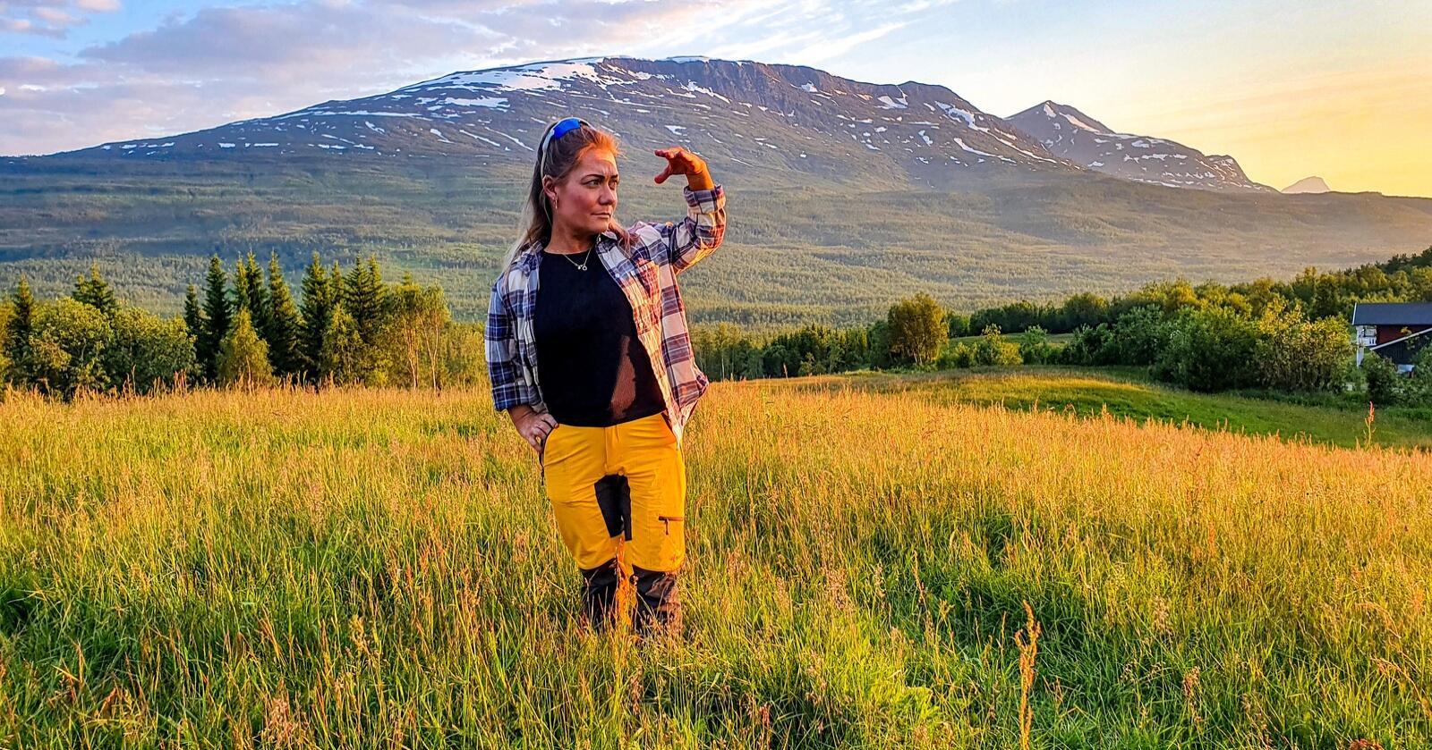 Stortingsrepresentant Sandra Borch (Sp) bruker sommerferien sin på å vokte familiegården i Lavangen mot bjørner. I tre uker har bjørner lemlestet saueflokker i Lavangen, Salangen og Bardu i Troms. Foto: Eskild Johansen/Nationen