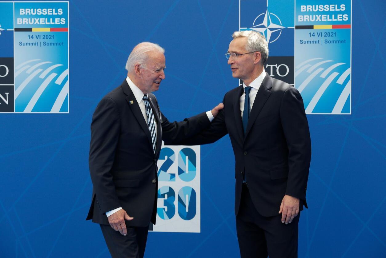 Samarbeid: Norge vil fremdeles være et trygt land å bo i gjennom et fortsatt omfattende militært samarbeid med Nato, og med et sterkt bilateralt forhold til USA, skriver kronikkforfatteren. Her ser vi USAs president Joe Biden og Natos generalsekretær Jens Stoltenberg under et Nato-toppmøte tidligere i år. Foto: Torbjørn Kjosvold / SMK / POOL / NTB