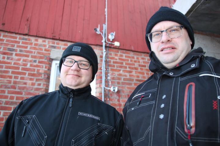 OVERVÅKING: Thomas Vatvedt (t.h.) har satt opp kameraer både på tunet, i kyllinghuset og i korntørka. Her er han sammen med kollega Lars Eng.