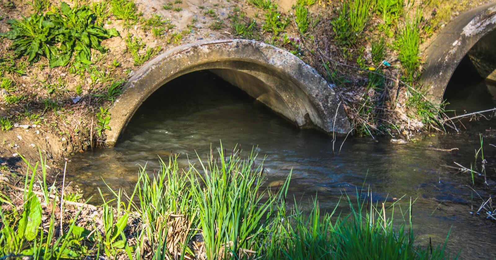 Krever søknad: Siden 1990-tallet har lukking vært søknadspliktig, og man har i stor grad sluttet å legge bekker under jord. Foto: Mostphotos