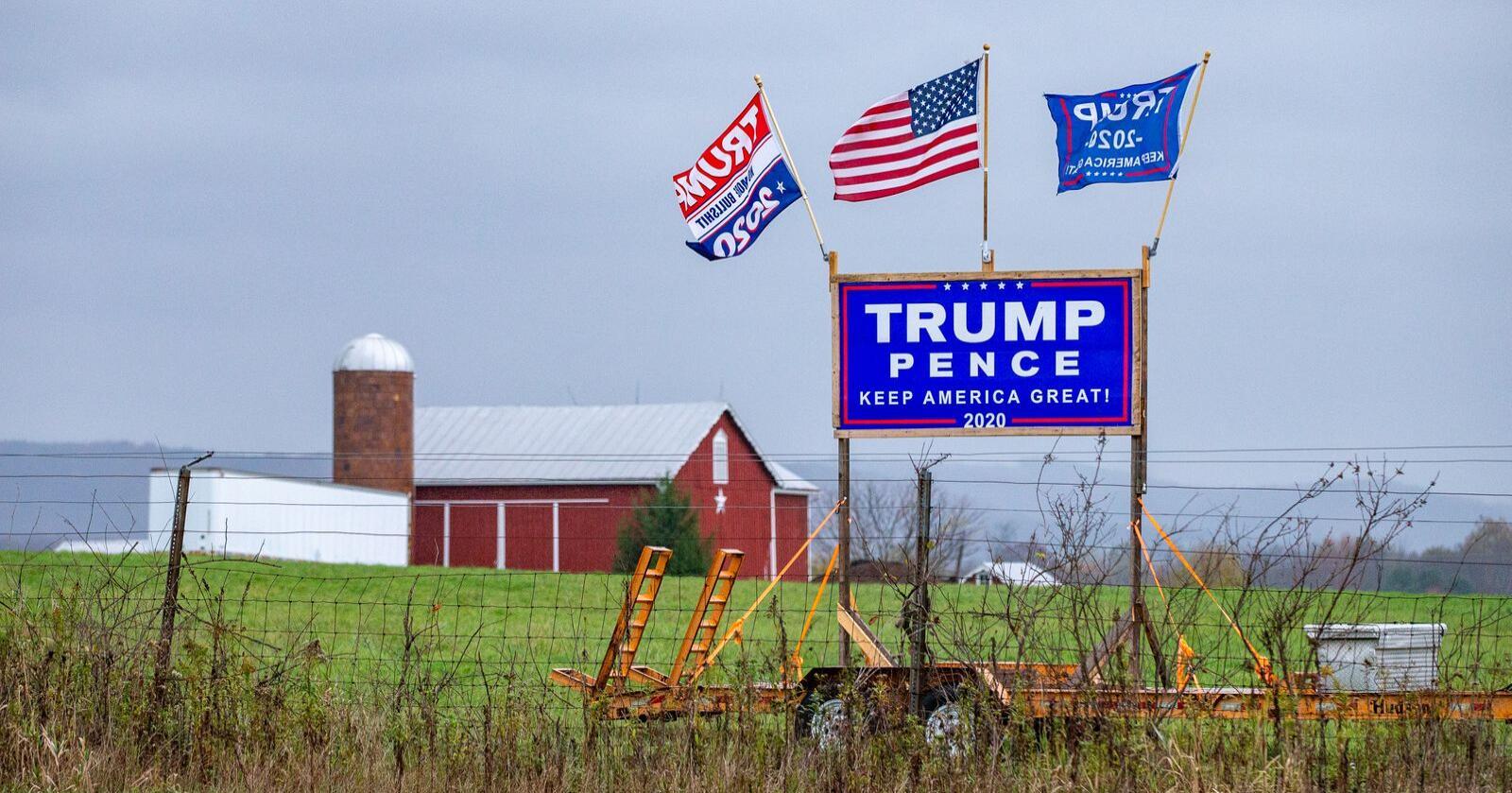 Et Trump/Pence skilt satt opp på en gård i USA i forkant av valget i 2020. (Foto: Paul Weaver/Sipa USA)