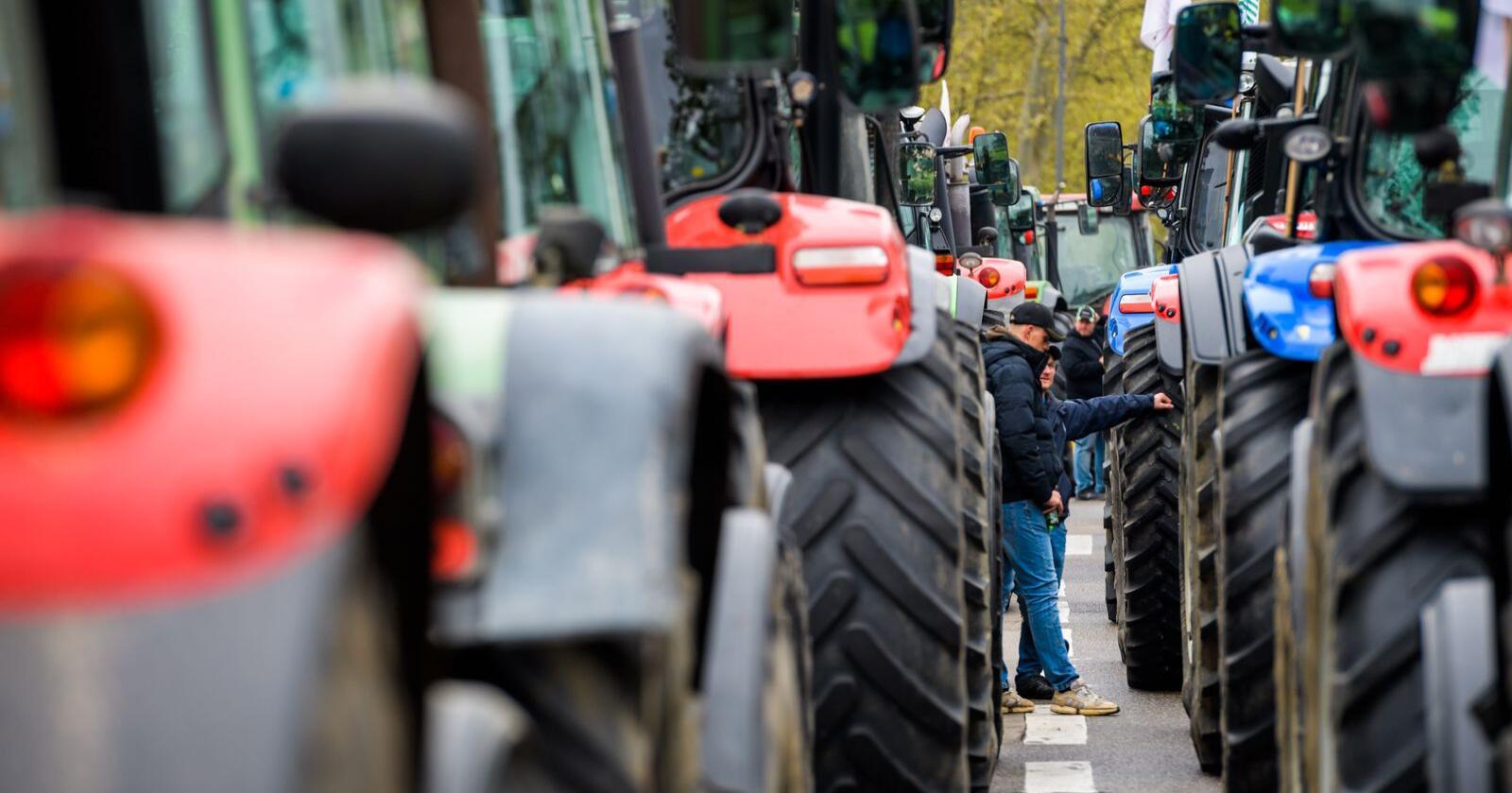 Nok er nok for stadig flere: Bondedemonstrasjoner både i Norge og andre land avslører en landbrukspolitikk på ville veier. Foto: Mostphotos