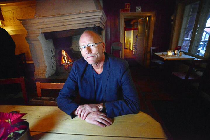 Lars Martin Myhre: Visekunstneren som sjelden kommer på kafé alene. Han har med seg både Alf Prøysen og Carl Michael Bellman. Ingen av dem har pekefingre. Foto: Siri Juel Rasmussen