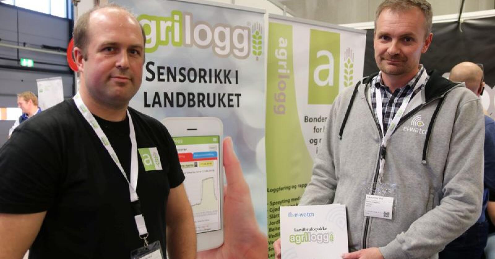 Jan-Øystein Aksnes (t.v.) i Agrilogg og Hallvard Helgetun i El-Watch samarbeider for å gi bonden sensorar til overvaking av drifta rett på mobilen. Foto: Dag Idar Jøsang