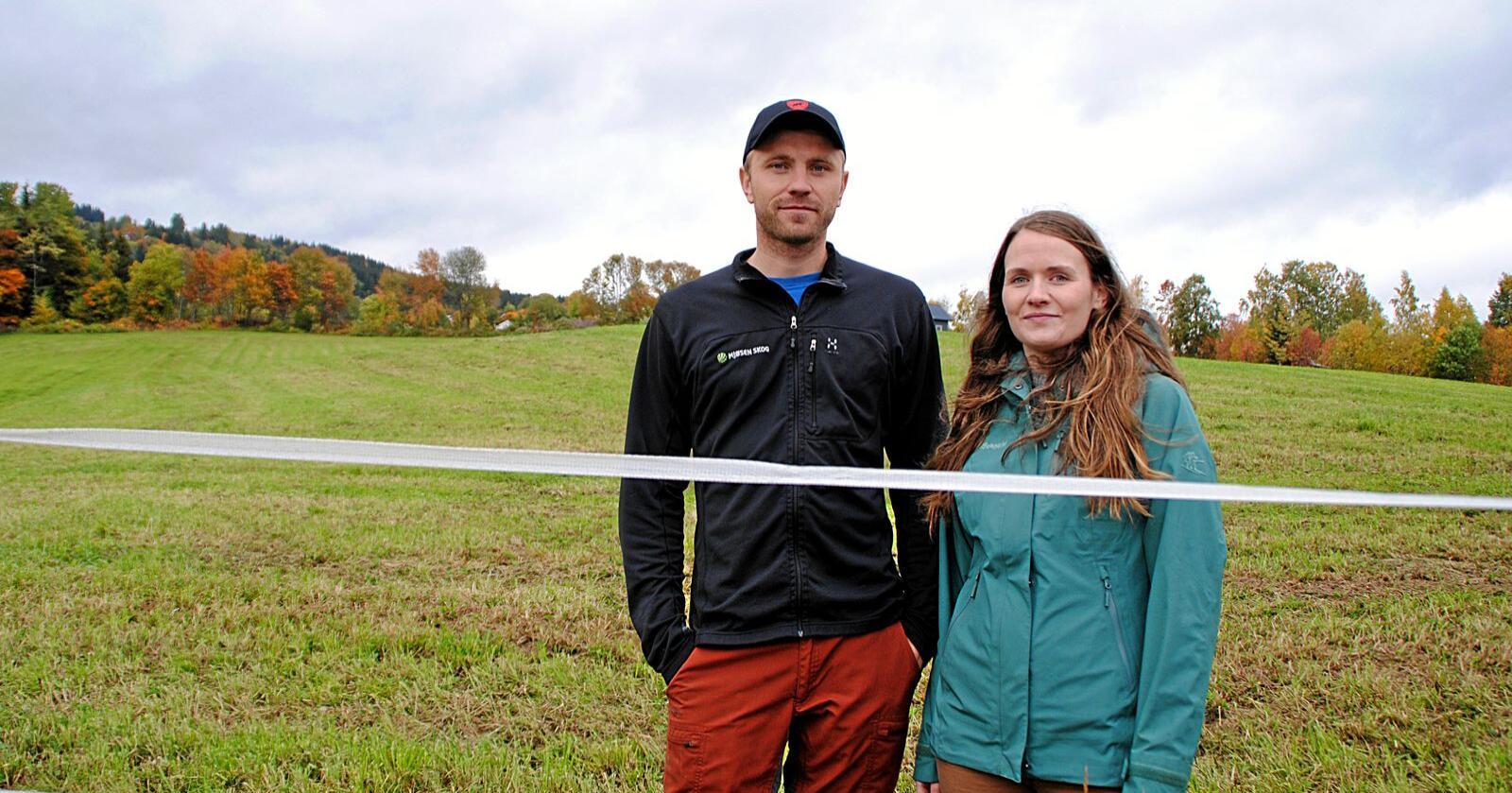 Maren Stumlien og Eivind Nordby hadde planlagt å bygge nytt melkefjøs i 2020. Derfor var det en tung beskjed å få når Innovasjon Norges investeringsmidler til landbruket var borte allerede før første halvår var over. Foto: Lars Bilit Hagen