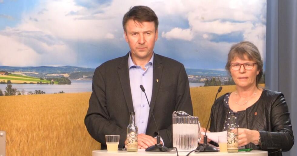 Lars Petter Bartnes og Kjersti Hoff under overleveringen av årets krav. Økte målpriser utgjør 249 millioner kroner og budsjettoverføringer 1360 millioner kroner. (Foto: Linda Sunde)