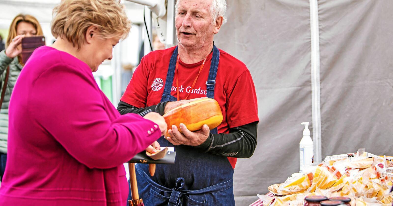 Statsminister Erna Solberg tok også turen innom Bergen matfestival i 2020, selv om den ikke ble arragert på festningsomrdået. Foto: Tove Lise Mossestad/ Matarena